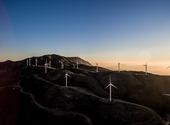 éoliennes sur fond de soleil couchant Photos