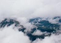 Vue nuageuse sur montagne