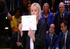 Marine Le Pen qui tient un graphique (template)
