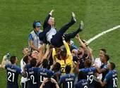 Didier Deschamps soulevé par l'Equipe de France