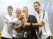 Didier Deschamps et staff de l'Equipe de France tiennent le trophée de la Coupe du Monde 2018