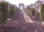 La foule des Champs-Elysées attend le bus des Champions de la Coupe du Monde 2018